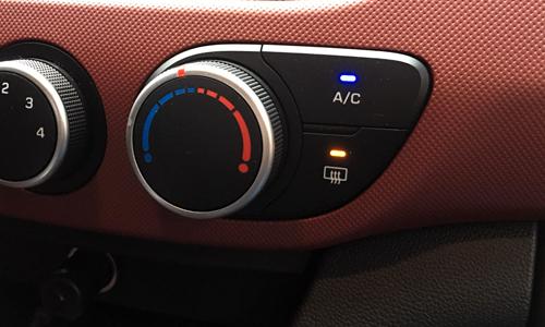 Nút sấy kính phía nút nút bấm A/C.