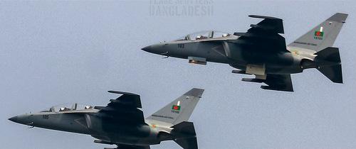 Chiếc 103 và 105 trong một chuyến huấn luyện. Ảnh: Plane Spotters Bangladesh.