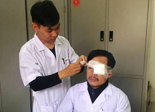 Bác sĩ Nghĩa được băng bó sau vụ hành hung.