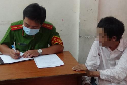 Một người nghiện bị công an TP HCM lập hồ sơ, người này đã cai nhiều lần vẫn tái nghiện. Ảnh:Tuyết Nguyễn.