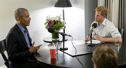 Cựu tổng thống Obama trongcuộc phỏng vấn với Hoàng tử Anh Harry. Ảnh: AP