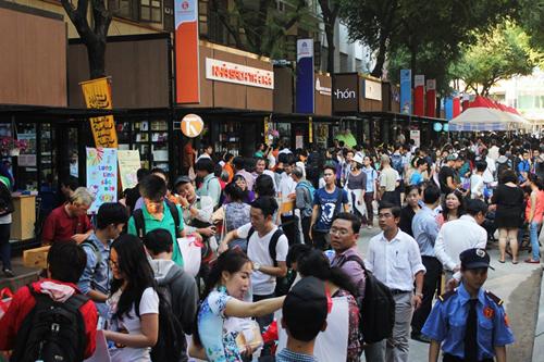 Đường sách Nguyễn Văn Bình kế bên Nhà thờ Đức Bà thu hút rất đông khách, nhất là dịp cuối tuần, lễ Tết. Ảnh: Mai Nhật