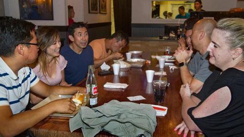 Stefan Nguyễn, thứ ba, bên trái, trò chuyện cùng các thành viên của câu lạc bộ ẩm thực Việt NamViet Taste Buds tại nhà hàngNguyễns Kitchen ở Costa Mesa, quận Cam, bang California, Mỹ. Ảnh: LAT.
