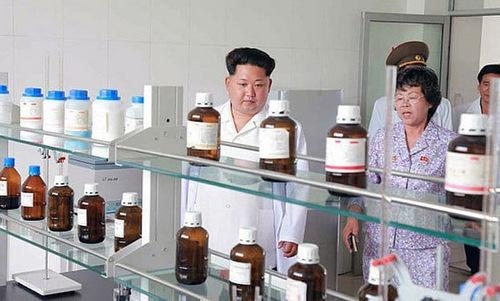 Ông Kim Jong-un thăm cơ sở chế tạo thuốc trừ sâu. Ảnh: KCNA.