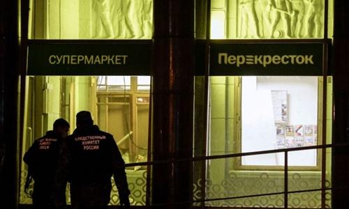 Các nhân viên điều tra có mặt tại hiện trường vụ nổ. Ảnh: AFP.