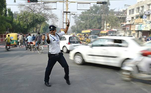 Ranjeet Singh nổi tiếng vì cách điều khiển giao thông mới lạ và hài hước. Ảnh: AFP