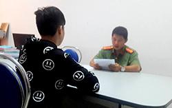 Thanh niên livestream Cô Ba Sài Gòn làm việc với cơ quan công an. Ảnh: Phong Huy