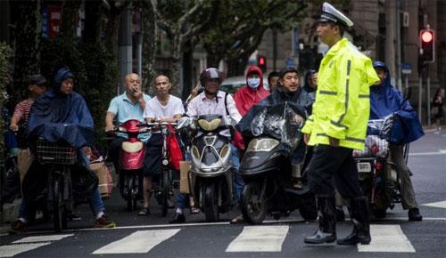 Đi bộ sang đường có thể rất mạo hiểm và cảnh sát Trung Quốc đang nỗ lực tăng cường nhận thức của người tham gia giao thông về phần vạch kẻ đặc trưng. Ảnh: AFP.