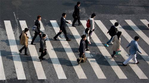 Các nhà quản lý giao thông ở Trung Quốc đang tăng cường tuyên truyền nhận thức về an toàn của người đi bộ khi sang đường. Ảnh: AFP.