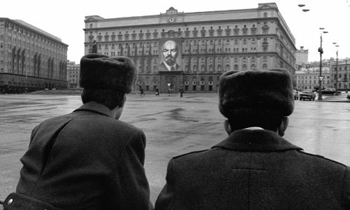 Cảnh sát Liên Xô canh gác trước trụ sở KGB ở Moscow. Ảnh: Tass.
