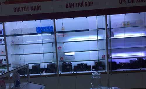 Toàn bộ điện thoại đắt tiền trong cửa hàng của anh Hùng đã bị đánh cắp. Ảnh: Lam Sơn.