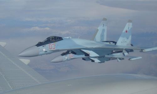 Tiêm kích Su-35S hộ tống máy bay trên bầu trời Syria. Ảnh: RT.