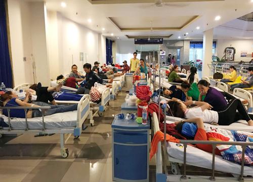 Công nhân điều trị tại bệnh viên Xuyên Á. Ảnh: Tin Tin