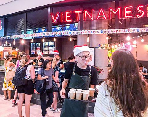 Cảnh tấp nập ở nhà hàng Việt mà anh Hoàng Thắng làm việc. Ảnh: NVCC