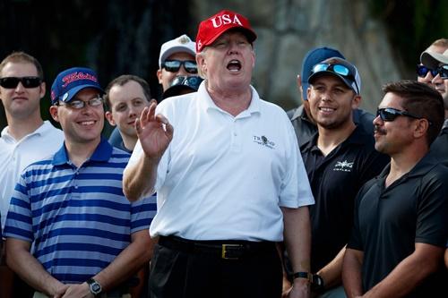 Tổng thống Donald Trump trò chuyện với các thành viên Lực lượng Tuần duyên Mỹ hôm 28/12 khi ông mời họ tới Câu lạc bộ Golf Quốc tế Trump ở khu nghỉ dưỡng Mar-a-Lago, Florida. Ảnh: AP.