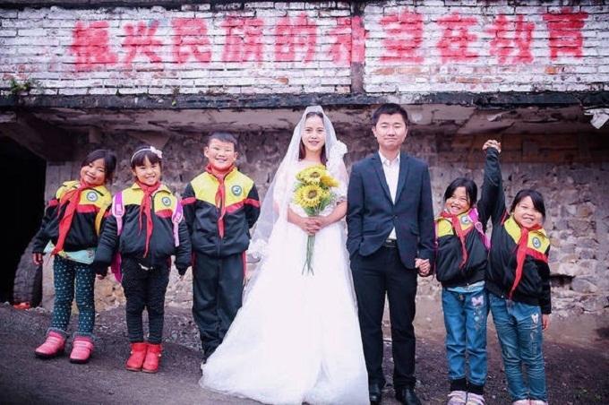 Cô giáo trường làng Trung Quốc mời học sinh cùng chụp ảnh cưới