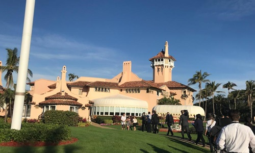 Các phóng viên có mặt tại Mar-a-Lago trong thời gian Tổng thống Trump tới đây nghỉ dưỡng. Ảnh: WPEC.