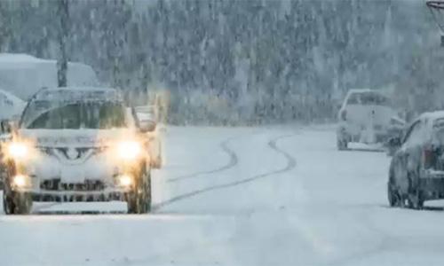 Thời tiết lạnh giá khiến xe cộ đi lại khó khăn. Ảnh: Vancouverisland.