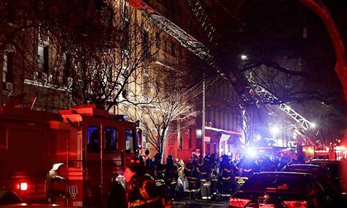 Lính cứu hoả tập trung cứu nạn ở toà nhà. Ảnh: NBC News.