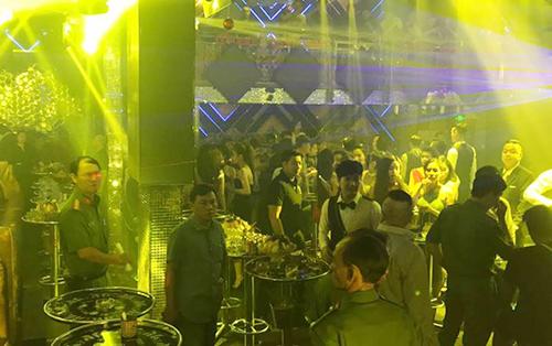 Hàng trăm khách vẫn vui chơi lúc rạng sáng trong quán bar S5. Ảnh: Quốc Thắng.