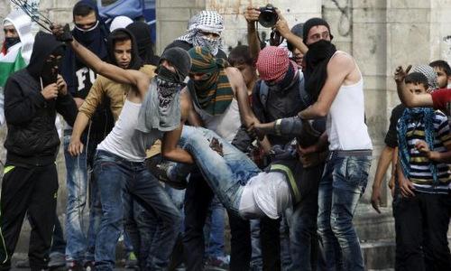 Một nạn nhân bị thương trong cuộc biểu tình gần biên giới Israel. Ảnh: AFP.