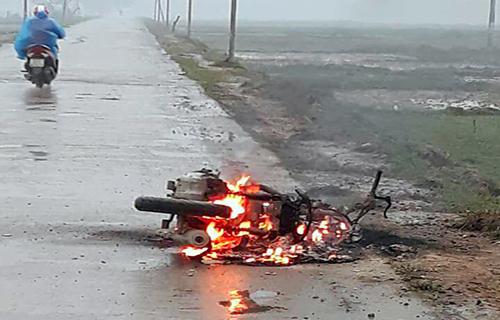 Hiện trường vụ cháy xe máy. Ảnh: Đ.H
