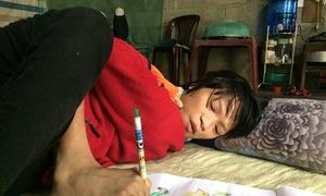 Cô gái nhiễm chất độc da cam vẽ tranh bằng chân