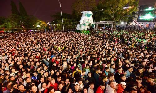 Biển người đón năm mới 2018 ở trung tâm Sài Gòn, Hà Nội