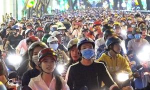 Trung tâm Sài Gòn tắc nghẽn, người dân tự xuống đường phân luồng