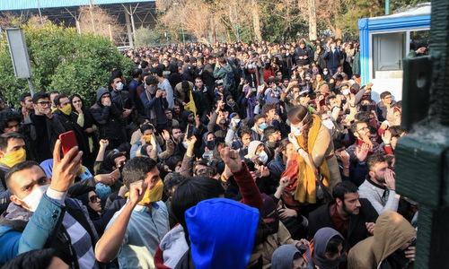 Sinh viên tham gia biểu tình tại thủ đô Tehran. Ảnh: AFP.