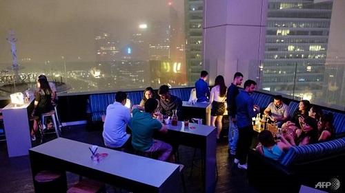 Khách hàng dự tiệc đón Năm mới ở Skyline được mời chào gói tiệc thanh toán bằng một đồng Bitcoin. Ảnh: AFP.