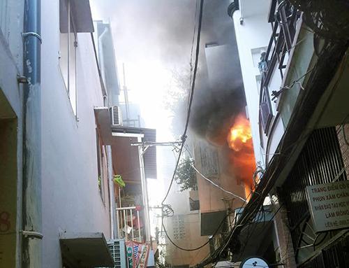 Căn nhà 5 tầng cháy dữ dội. Ảnh: Tin Tin