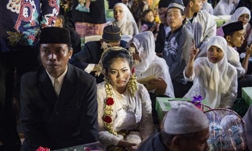 Đám cưới tập thể tại Indonesia. Ảnh: AFP.