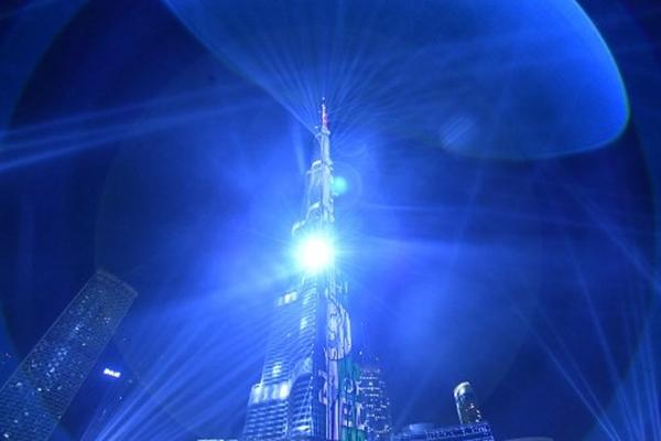 Màn trình diễn ánh sáng tại thápBurj Khalifa ở UAE. Ảnh: AFP.
