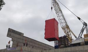 Dùng ròng rọc chuyển tượng nặng hơn 40 tấn lên đồi cao 62 mét