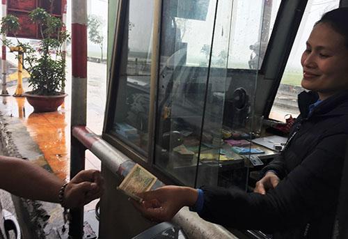 Trả lại 100 đồng còn thiếu cho tài xế. Ảnh: Đ.H