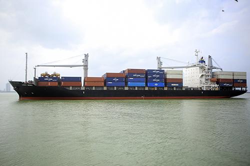 Tàu Lucky Merry cập cảng Tiên Sa sáng 1/1. Ảnh: Nguyễn Đông.