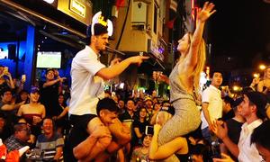 Du khách nhảy nhót tưng bừng ở phố Tây Sài Gòn