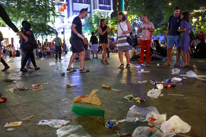 Sinh viên, học sinh nhặt rác trên phố đi bộ Nguyễn Huệ