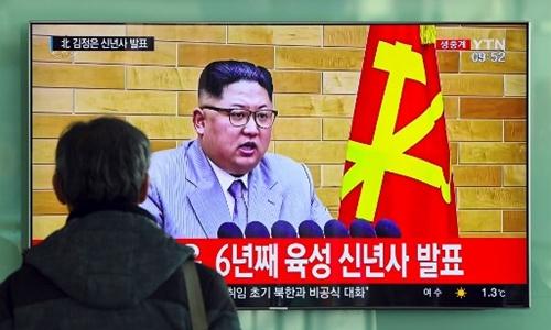 Một người ở Hàn Quốc xem bản tin về bài phát biểu năm mới của Kim Jong-un. Ảnh: AFP.