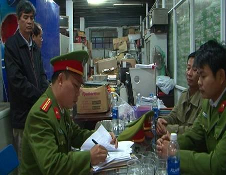 Cơ quan công an khám xét ở HTX Thuận Thành. Ảnh: Trần Hồng.