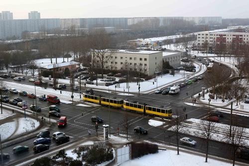 Chiều Ba mươi Tết, Berlin vẫn -6 độ, dĩ nhiên còn ấm hơn cách đây 3 ngày -14 độ. Trên các phố tàu điện, xe buýt, xe hơi&vẫn hối hả trong xã hội công nghiệp, không có chút gì gọi là Tết, trên đường đầy tuyết trắng, tuyệt nhiên không thấy dân mình đi sắm Tết, không thấy cảnh tất bật, tấp nập, vồi vội như quê mình...