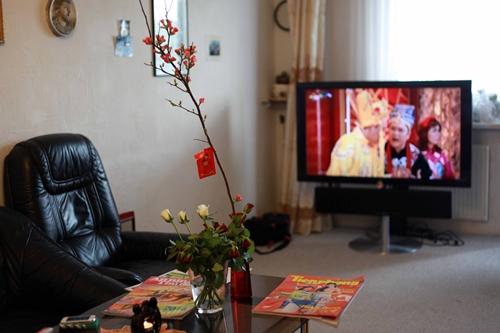 20   Tại căn hộ của một gia đình người Việt có VTV4, báo tiếng Việt, cành đào..rất đầy đủ