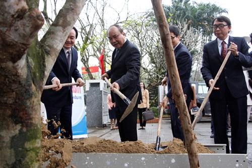 Thủ tướng Nguyễn Xuân Phúc trồng cây lưu niệm tại Đại học Huế. Ảnh: Võ Thạnh.