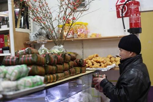 Một thanh niên độc thân đang chọn bánh chưng.