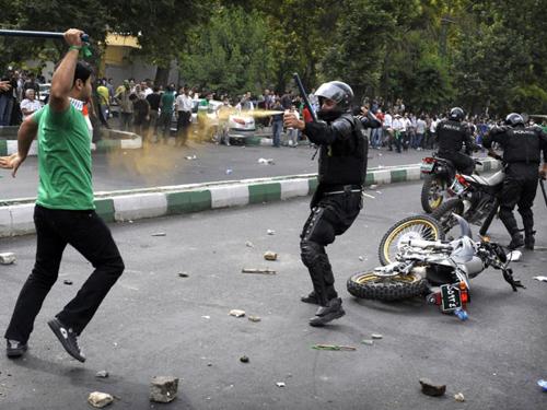 Người biểu tình Iran đụng độ với cảnh sát trong Phong trào Xanh năm 2009. Ảnh: AP.