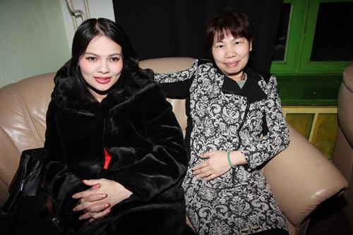 5   Hai chị Phương Thúy và Kim Chi thổ lộ: chúng em rất muốn về Việt Nam ăn Tết, nhưng các cháu phải đi học và vì công việc nên đành chịu, chúng em nhớ nhà lắm!