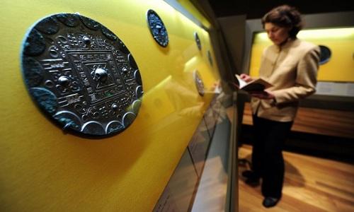 Chiếc gương đồng1.900 năm tuổi. Ảnh: AFP.