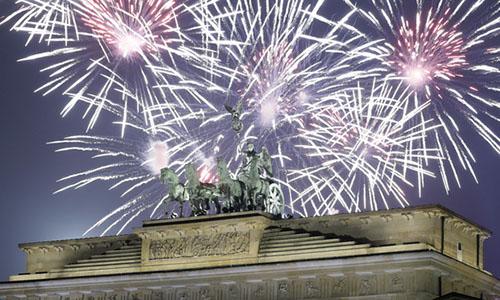 Pháo hoa chào đón năm mới tại Cổng Brandenburg ở thủ đô Berlin. Ảnh: AP.