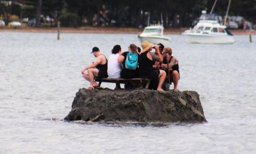 Nhóm người New Zealand với sáng kiến uống bia rượu trong vùng nước quốc tế chờ xem bắn pháo hoa mừng năm mới. Ảnh: Facbook.